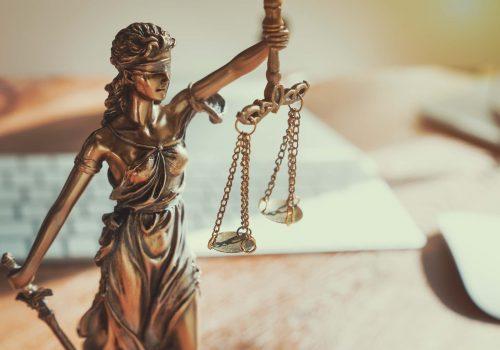 Justitia vor Schreibtisch